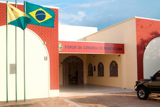 imagem da fachada do fórum da cidade de Mâncio Lima com duas bandeiras hasteadas, a do Brasil e do Acre.