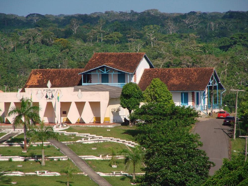 Fórum e Centro Cultural ao Fundo