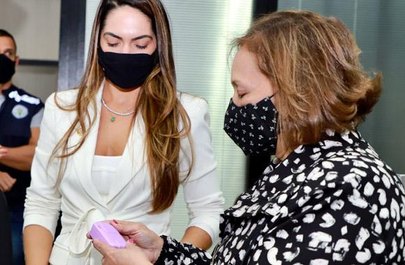 Foto desembargadora Eva Evangelista segurando o dispositivo nas mãos com primeira-dama do Acre olhando