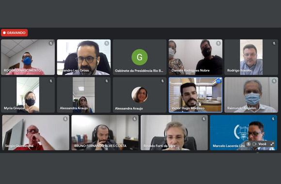 Imagem da dos participantes da vídeochamada distribuídos em quadradinhos na tela.