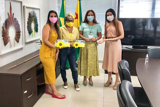 Foto das servidoras do Judiciário ao lado da desembargadora Waldirene Cordeiro no gabinete da presidente