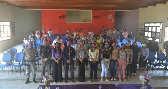 Fotografia com todos os participantes da roda de conversa de pé.