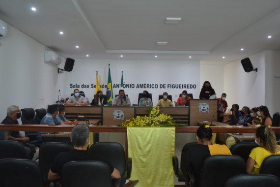 Imagem do auditório da Câmara de Vereadores de Tarauacá. Mesa ao fundo e plenária